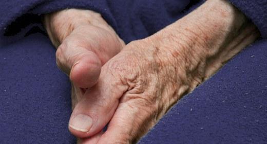Mani di anziano