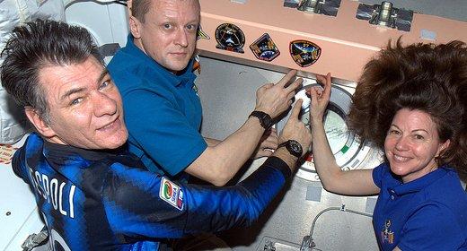 Paolo Nespoli lascia sulla ISS lo stemma della missione Magisstra