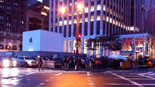 L'attesa negli Apple Store per l'iPhone 4S