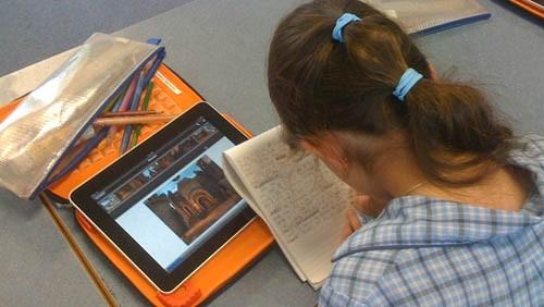 Studente con iPad