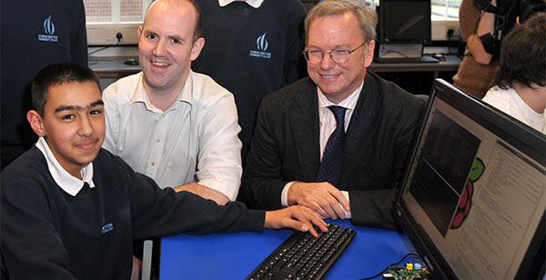 Eric Schmidt con gli studenti di un istituto a Cambridge che hanno ricevuto Raspberry Pi.