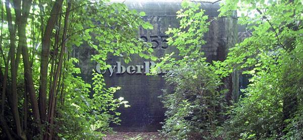L'ingresso di Cyberbunker. Da dieci anni nessuno lo usa.