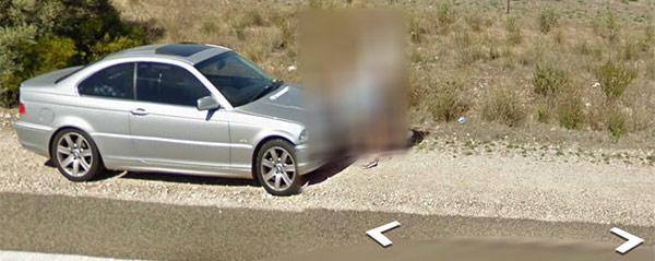 Le immagini della coppia fotografata salla Google Car in atteggiamenti intimi (Street View)