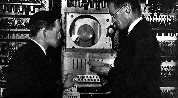 Tom Kilburn (sinistra) e Tom Kilburn (destra) al lavoro su Baby