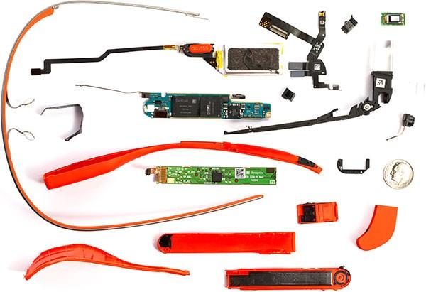 Tutte le componenti integrate negli occhiali per la realtà aumentata Google Glass, smontate pezzo per pezzo (Catwig)