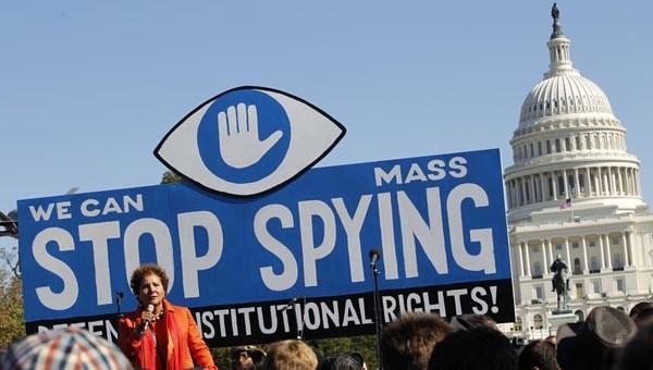 Laura Murphy, dell'American Civil Liberties Union, parla durante la manifestazione al Campidoglio per chiedere una indagine sul programma di sorveglianza della NSA.