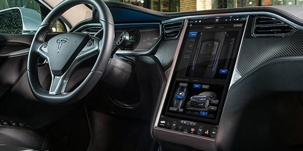 L'abitacolo dell'auto elettrica Tesla Model S