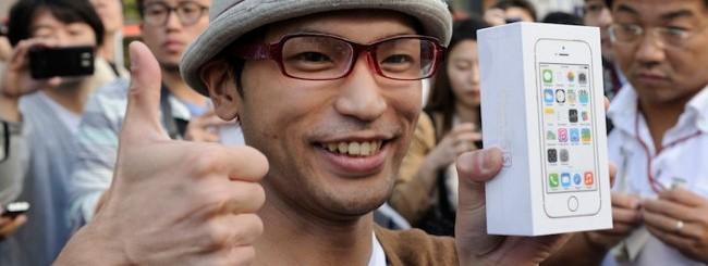 Ragazzo giapponese con iPhone