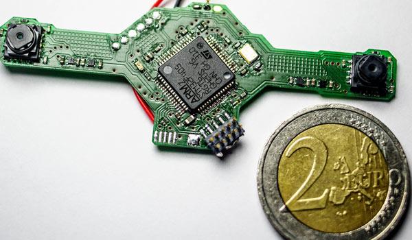 Le dimensioni di DelFly Explorer, il drone da 20 grammi in grado di evitare autonomamente gli ostacoli
