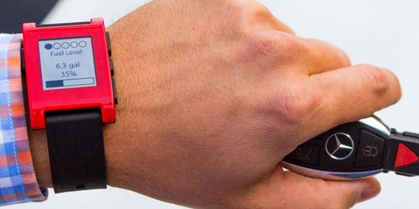 Tra le altre funzionalità, lo smartwatch di Mercedes permette di controllare il livello di autonomia della vettura