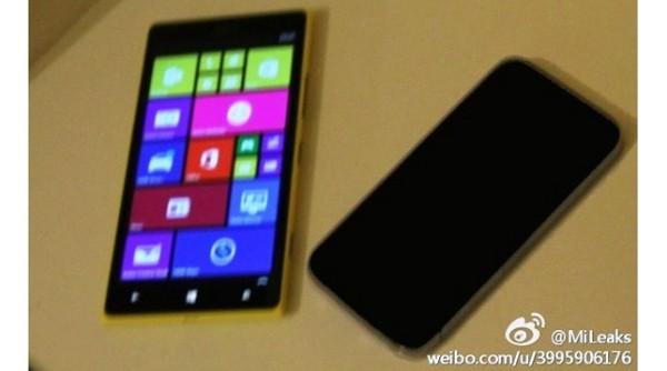 Il presunto Nokia Lumia 1520 mini insieme a un iPhone di Apple