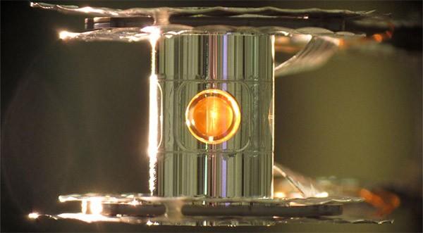 La capsula contenente gli isotopi di deuterio e trizio
