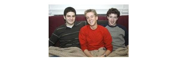2003: Zuckerberg ad Harvard insieme a Dustin Moskovitz e Chris Hughes.
