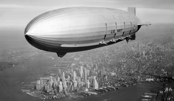 Il dirigibile USS Macon in volo su Manhattan nel 1933