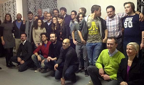 Foto di gruppo dei vincitori della terza edizione di Startup Weekend a Milano. Col maglione verde, si riconosce Francesco Mantegazzini, uno dei giudici della giornata: startupper a sua volta e organizzatore per il Sole24Ore della Fiera delle startup.