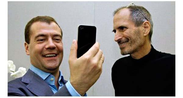 23 giugno 2010, Cupetino: Dimitri Medvedev accetta di buon grado il dono di Steve Jobs, un iPhone tutto  nuovo. Il primo tweet dell'allora presidente russo è stato postato quel giorno. In soli tre anni e mezzo, con la presidenza Putin, si è arrivati al boicottaggio dei tablet Apple.