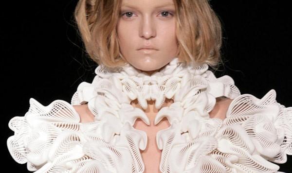 Uno degli abiti realizzati dalla stilista Iris van Herpen con le stampanti 3D