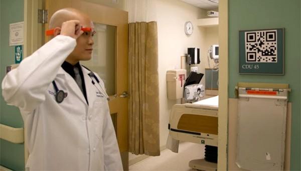 Google Glass utilizzato dai medici del pronto soccorso per consultare in modo rapido informazioni sui pazienti, tramite scansione dei codici QR