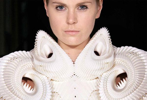 Uno degli abiti della stilista olandese ris van Harpen stampati in 3D