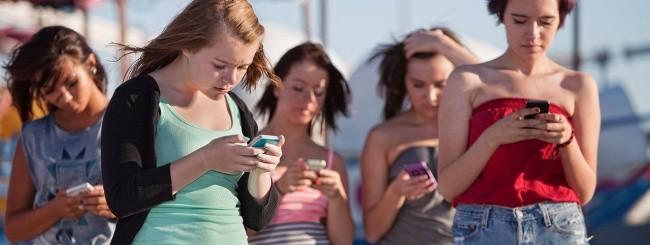 Ragazze distratte dallo smartphone