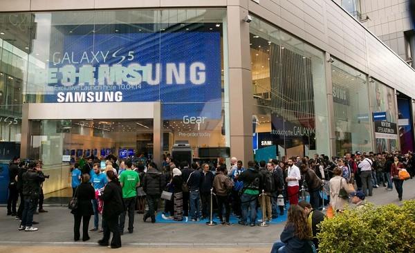 La fila davanti al Samsung Experience store di Londra per il lancio del Galaxy S5