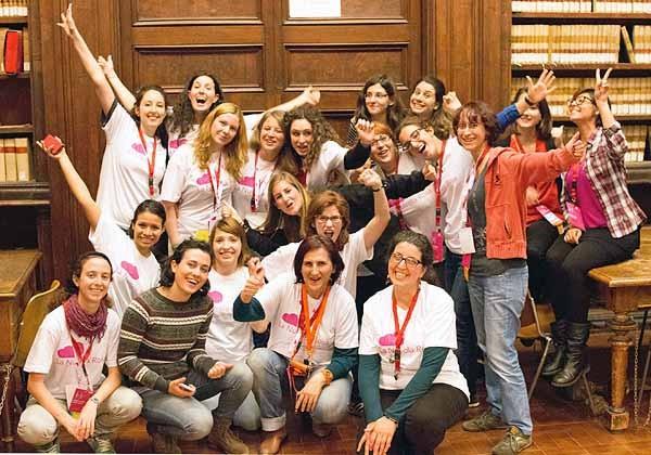 Foto di gruppo delle partecipanti al Pink Hackathon di Roma, parte della tre giorni organizzata da Microsoft Italia.