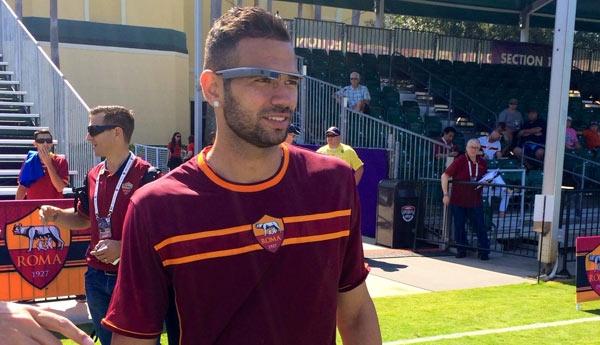 Leandro Castán, difensore brasiliano della Roma, sul campo d'allenamento con Google Glass