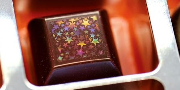Uno dei cioccolatini con ologramma in superficie creati da Morphotonix