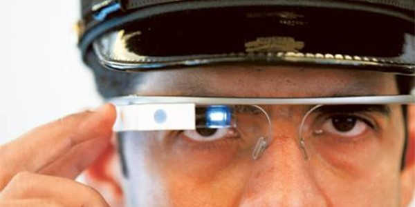 Un agente della polizia di Dubai con Google Glass