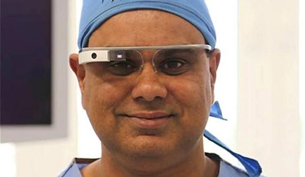 Shafi Ahmed, il primo chirurgo al mondo a trasmettere in live streaming un'operazione con l'ausilio di Google Glass