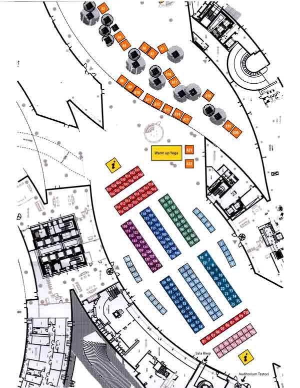 La piantina che mostra la ricca presenza di startup nel piazzale del palazzo della Regione Lombardia.  Tra i due info point, dall'ingresso alle due sale Testori e Biagi, ci sono diverse sezioni: in rosso, l'area qualcosatori, con 40 nomi oggi e 40 nomi domani di enti, istituti, imprese e associazioni a sostegno delle startup; in azzurro, blu e rosa le altre aree startup divise secondo le loro caratteristiche, come le CCAlps: 15 iniziative selezionate all'interno del progetto omonimo, proposte da gruppi di lavoro provenienti da Francia, Germania, Italia, Slovenia e Svizzera.