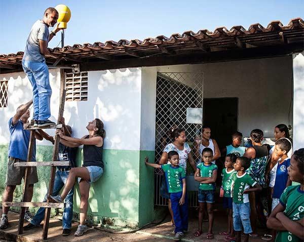 Il team di Project Loon installa un'antenna per la ricezione del segnale dai palloni aerostatici sul tetto di una scuola