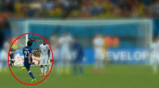 La posizione di Andrea Pirlo durante il calcio di punizione