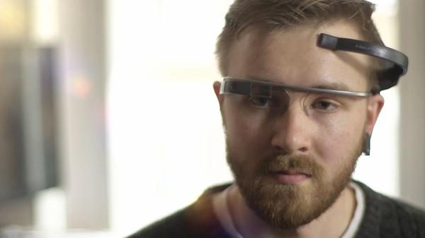 Un utente utilizza i Google Glass con MindRDR