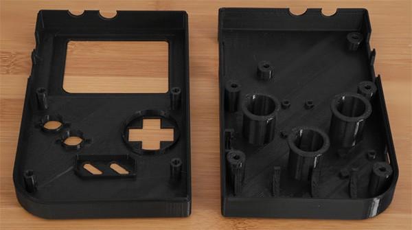 Le due parti stampate in 3D per la scocca di Gamegirl, il clone fai-da-te della console Game Boy