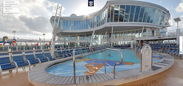 Una delle piscine a bordo della nave da crociera Allure of the Seas della compagnia Royal Caribbean