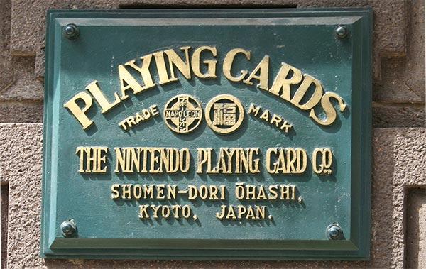 La targa della ex sede Nintendo, che testimonia il passato dell'azienda nel mercato della carte da gioco