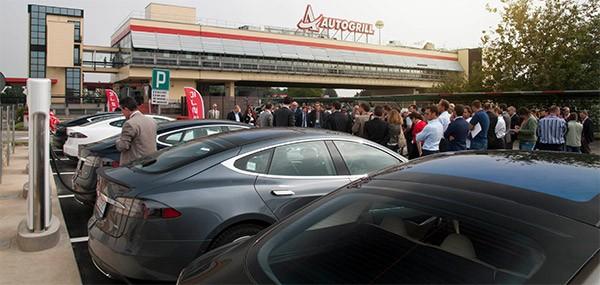 La stazione di ricarica Tesla Supercharger installata a Dorno, sull'autostrada A7, è la prima in Italia per possessori di Model S