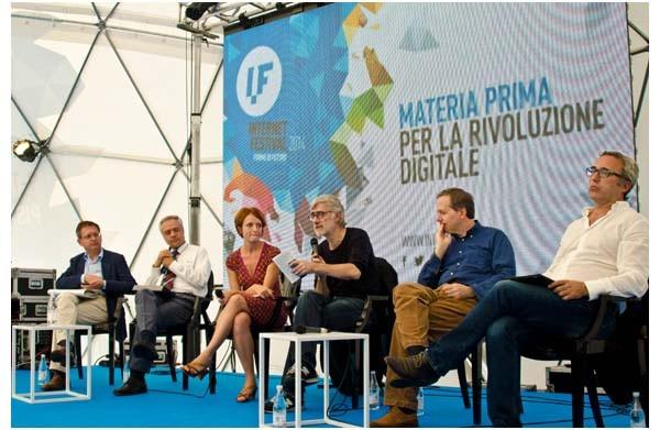 Il 12 ottobre è stato in larga dedicato ai vari temi collegati all'agenda digitale. Qui sopra, Luca de Biaee modera un convegno al Geoide. Alla sua sinistra, Stefano Quintarelli.