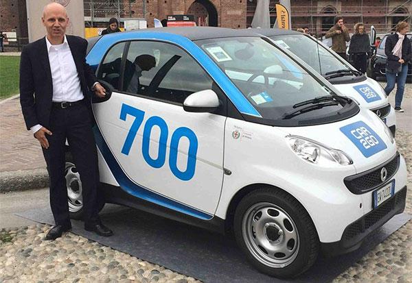 Thomas Beermann, amministratore delegato di car2go Europe, con la 700esima Smart in strada a Milano