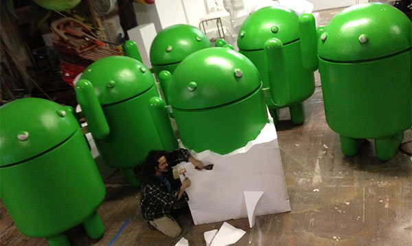 """Giovanni Calabrese al lavoro sulle """"statue ufficiali"""" dedicate ad Android"""