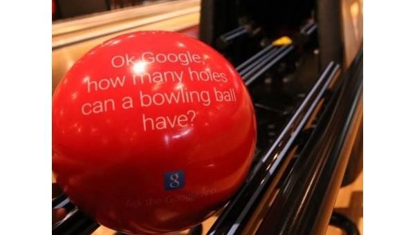 """La pubblicità di """"OK Google"""" su una palla da bowling a Brooklyn"""