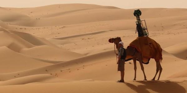 L'apparecchiatura di Street View a bordo di un cammello, nel deserto di Liwa