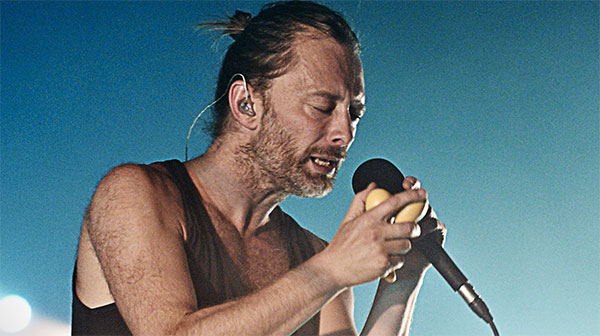 Thom Yorke in un live con la band Atoms for Peace