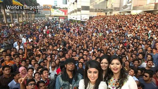 Questo il selfie da record che, con un Lumia 730, ha catturato oltre 1150 persone in Bangladesh
