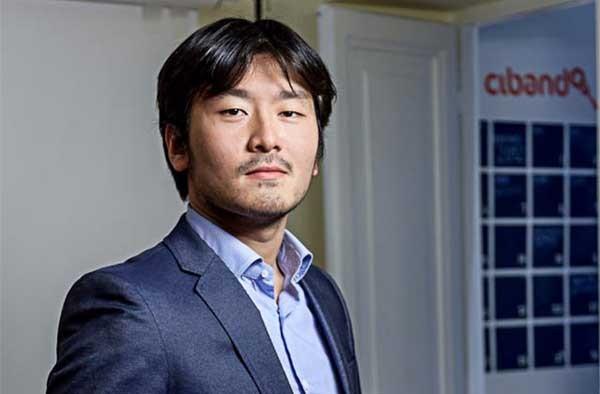 Guk Kim, classe  1988, è di origini coreane ma vive e lavora in Italia fin da giovanissimo. Ha fatto nascere diverse startup prima di Cibando. Si è laureato in Economia e Business Administration alla John Cabot University.