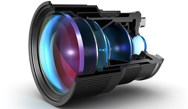 La sezione di un obiettivo fotografico mostra le lenti posizionate al suo interno