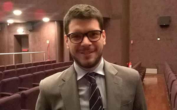 Riccardo Schiavon, 30 anni, si occupa di corporate social responsibility e progetti istituzionali per Telecom Italia. Anche lui era presente al Museo della Scienza a Milano per la presentazione di Italiani Digital, il sito nato in collaborazione coi Digital Champions di Riccardo Luna.