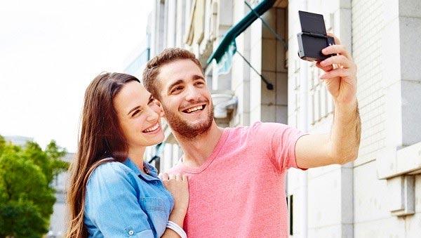 Il display della nuova Panasonic Lumix SZ10 può ruotare di 180 gradi per facilitare lo scatto dei selfie