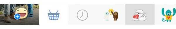 Cliccando sull'icona dell'emoticon al centro nella parte bassa dell'immagine caricata su Facebook, si apre lo store degli stickers: si selezionano, inseriscono nell'immagine, si spostano, ruotano e dimensionano a piacere e poi si conferma. L'upload dell'immagine non consente di tornare indietro, per questo è possibile inserire e rimuovere gli stickers nei passaggi precedenti.